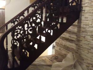 Деревянная буковая лестница Кировск с резными решетками