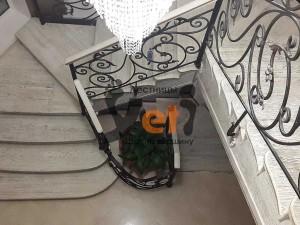 Маршевая лестница с ажурными металлическими ограждениями