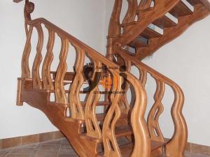 Фото резной дубовой лестницы по заказу в Мартышкино
