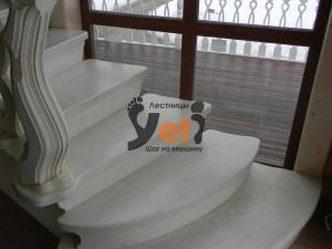 Дубовая лестница с резными решетками проекта Комунар