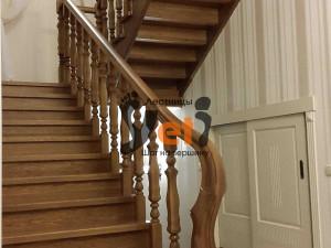 Дубовая лестница, оформленная по проекту Песочный