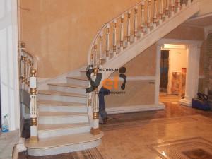 Деревянная дубовая лестница, спроектированная в Мурманске