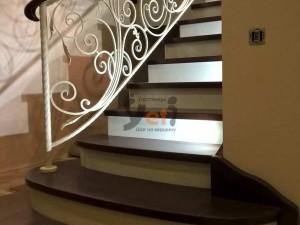 Контрастная дубовая лестница по проекту Сертолово