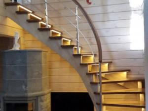 Современная лестница с забежныыми ступенями из бука