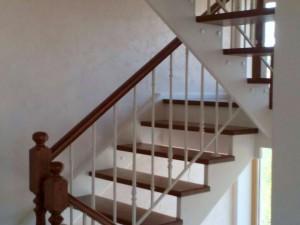 Бетонная лестница с забежныыми ступенями