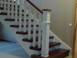 Дубовая контрастная лестница с площадкой