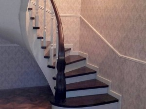 Бетонная или дубовая контрастная лестница