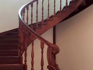 Готовая гнутая резная лестница из дерева
