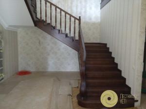 Классическая лестница с облицовкой и площадкой