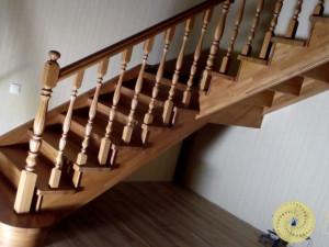 Лестница из массива дерева с площадкой