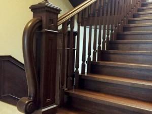 Классическая резная лестница с площадкой