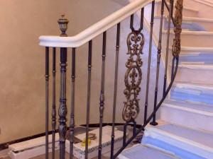 Мраморная радиусная лестница с волютой от фирмы grande forge
