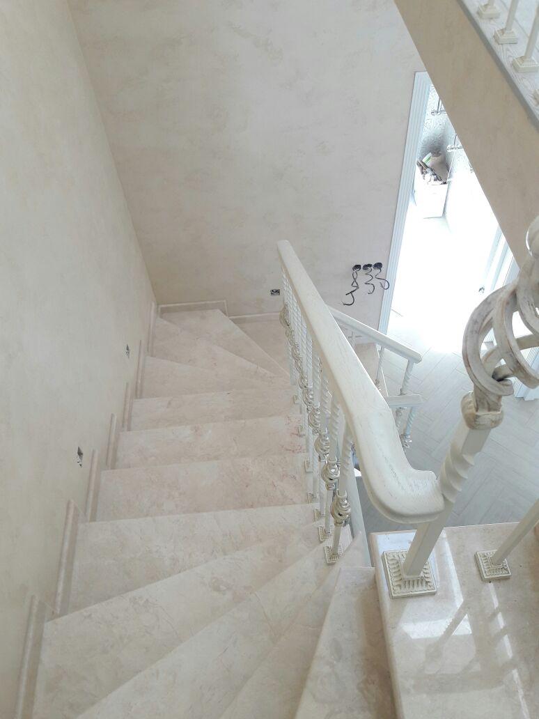 Лестница облицована мрамором Крема Нова и ограждения Grande Foge  серии «Традиция» лестницы, мебель, интерьеры