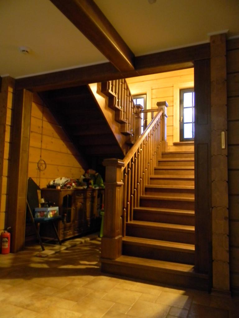 лестница из массива дуба в стиле кантри