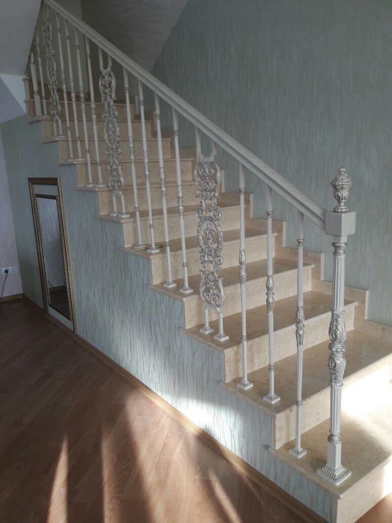 Ограждения по тону слоновая кость с патинированием лестницы, мебель, интерьеры