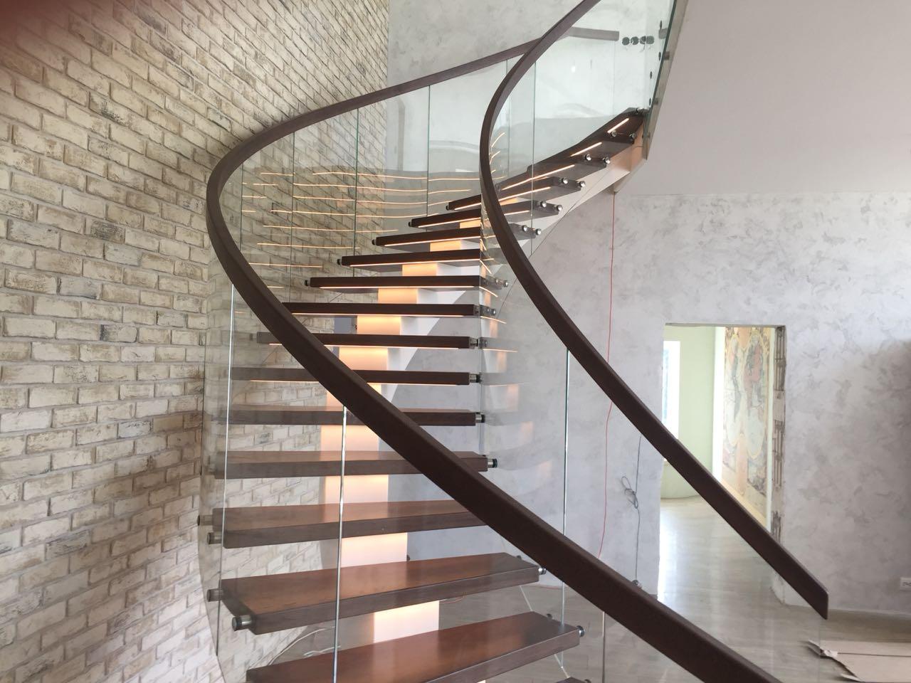 Лестница на металлическом монокосоуре с дубовыми ступенями и ограждением из стекла лестницы, мебель, интерьеры