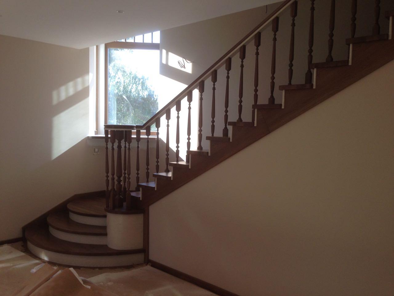 Лестница с радиальными ступенями лестницы, мебель, интерьеры