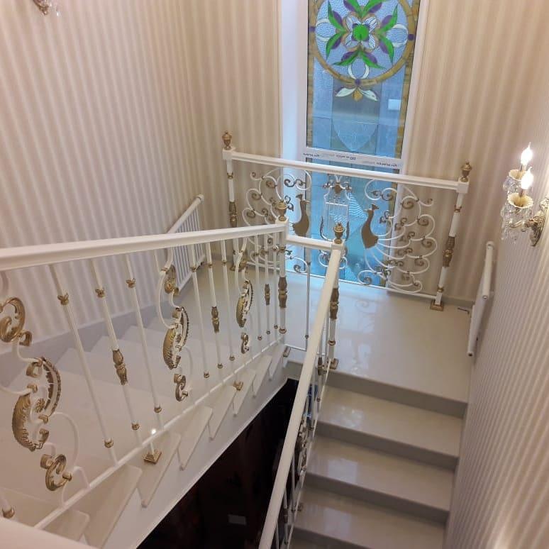 Столбы украшены чугунными навершиями лестницы, мебель, интерьеры
