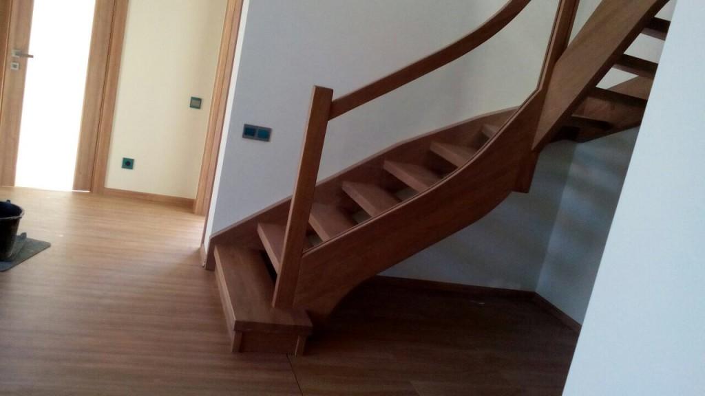 Лестница из дуба со стеклянным ограждением лестницы, мебель, интерьеры