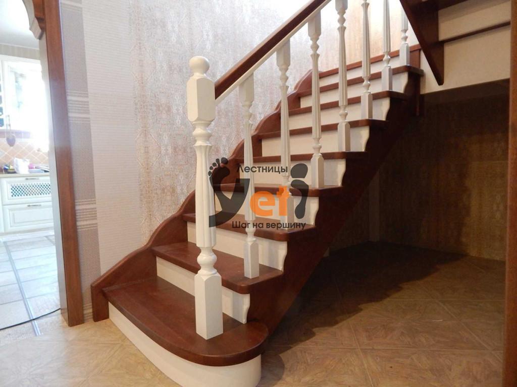 межэтажная деревянная лестница с промежуточной площадкой и разворотом на 180º