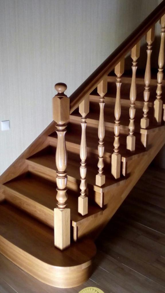 межэтажная дубовая  лестница с площадками