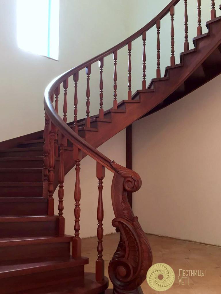 гнутая винтовая лестница из дерева