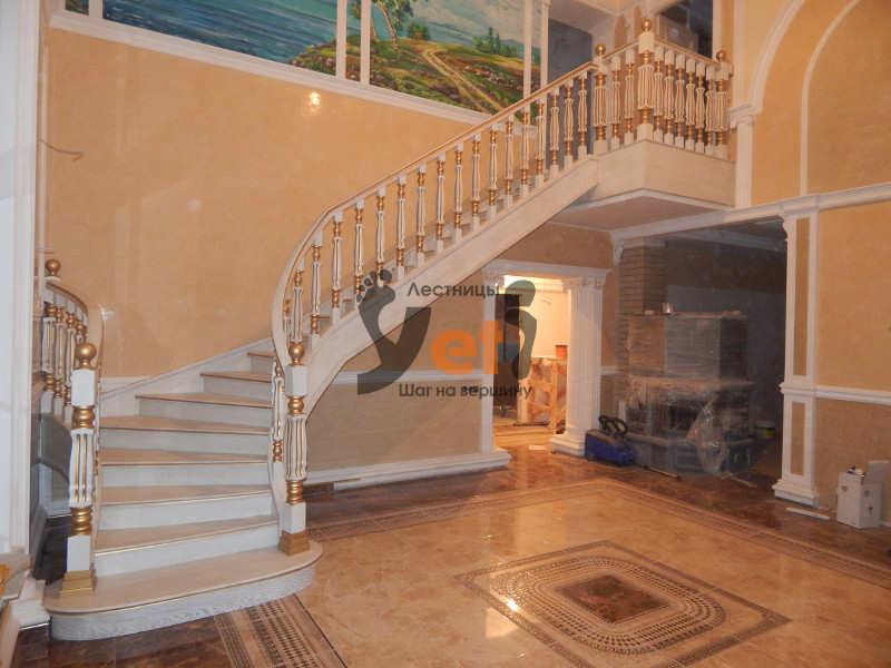 дубовая лестница с белой эмалью и патиной