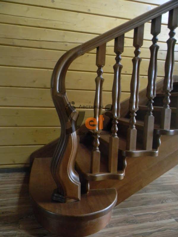 лестница на второй этаж из бука на опорных столбах