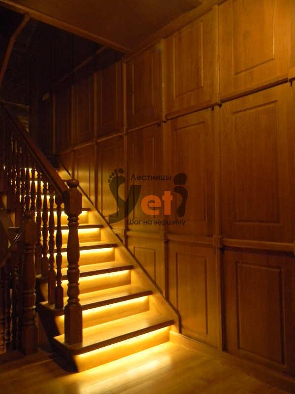 дубовая лестница со светодиодной подсветкой в носках