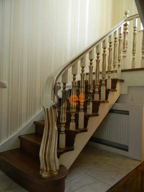 буковая лестница с площадкой и дубовым ограждением