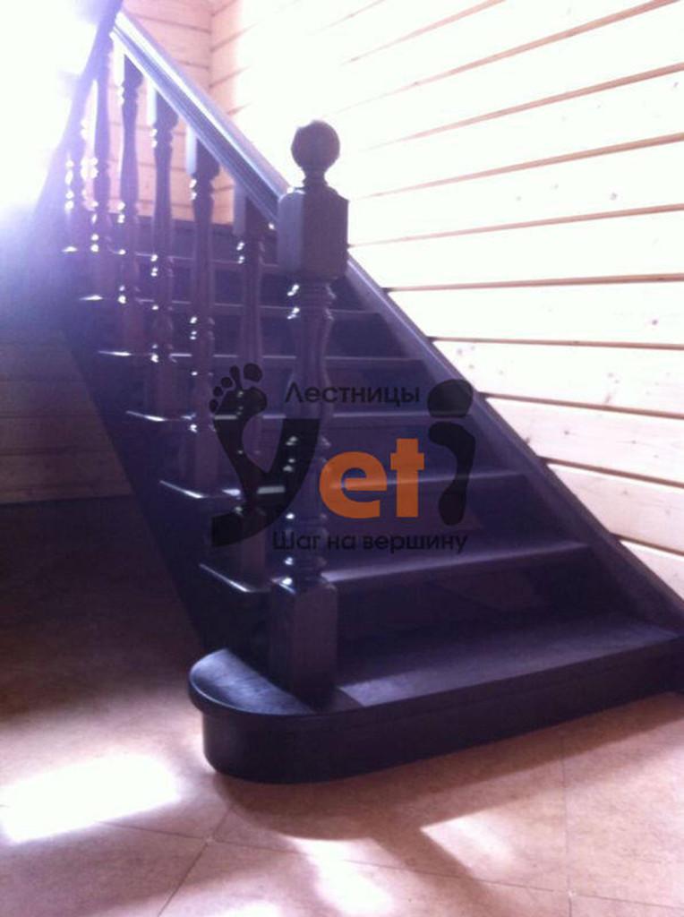 маршевая деревянная лестница темного цвета