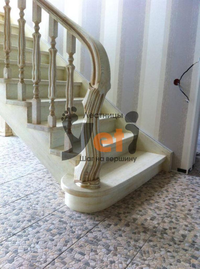 классическая лестница на косоуре с подступенками и площадкой