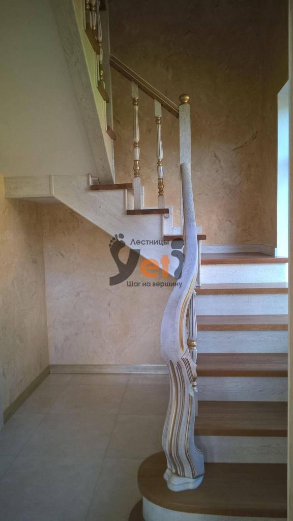 дизайнерская лестница с белыми фигурными перилами