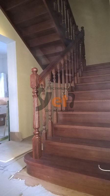 дубовая трехэтажная лестница