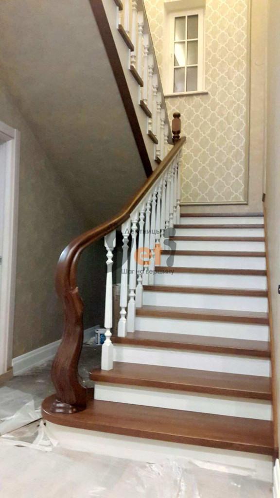 бетонная лестница с маршевой площадкой, облицованная дубовыми ступенями