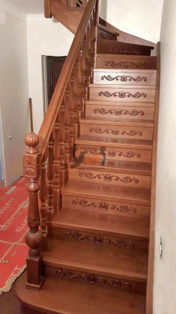 деревянная дубовая г-образная лестница с резным столбом на пригласительной ступени