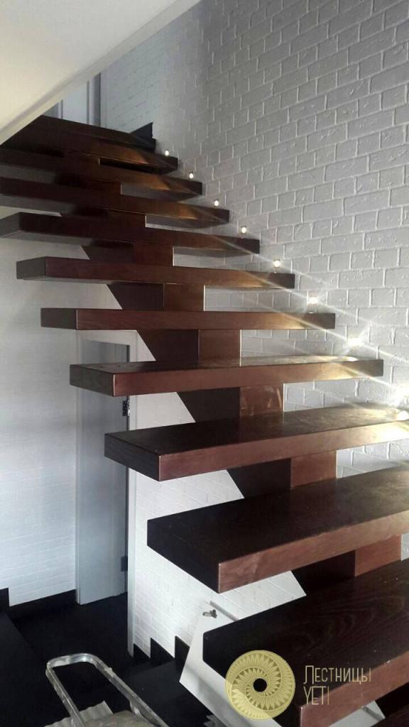 дубовая лестница на центральном косоуре