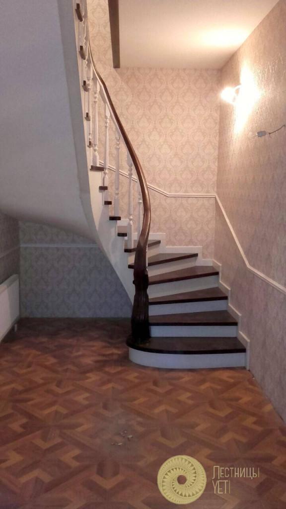 бетонная винтовая лестница с облицовкой из дерева