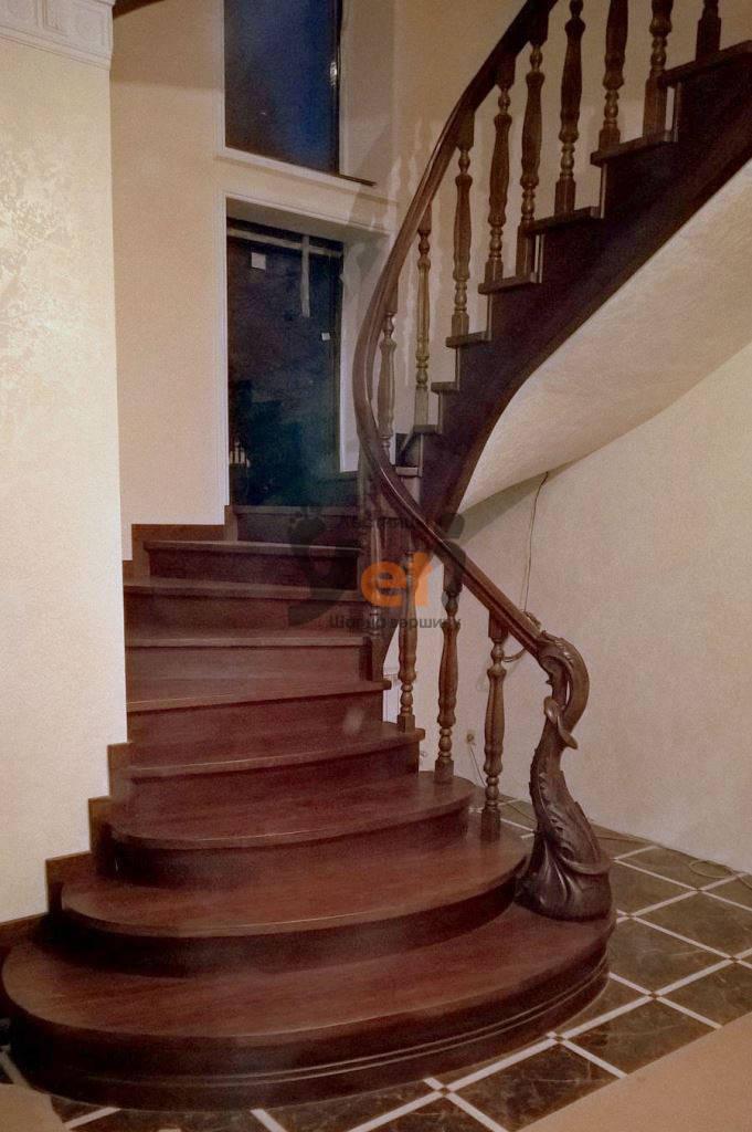 дубовая винтовая лестница на бетонном каркасе с деревянным гнутыми перилами