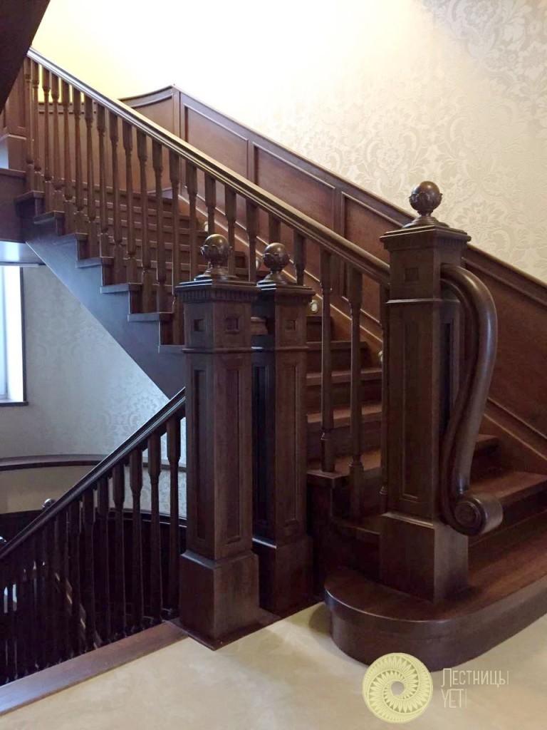 классическая лестница с массивными столбами