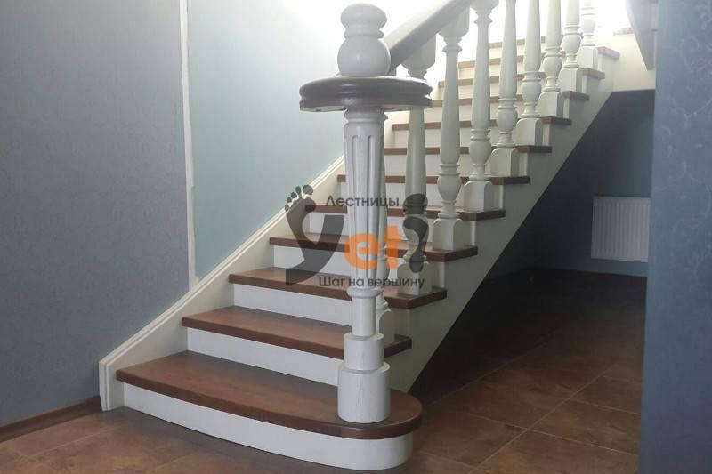 межэтажная дубовая винтовая лестница с площадкой