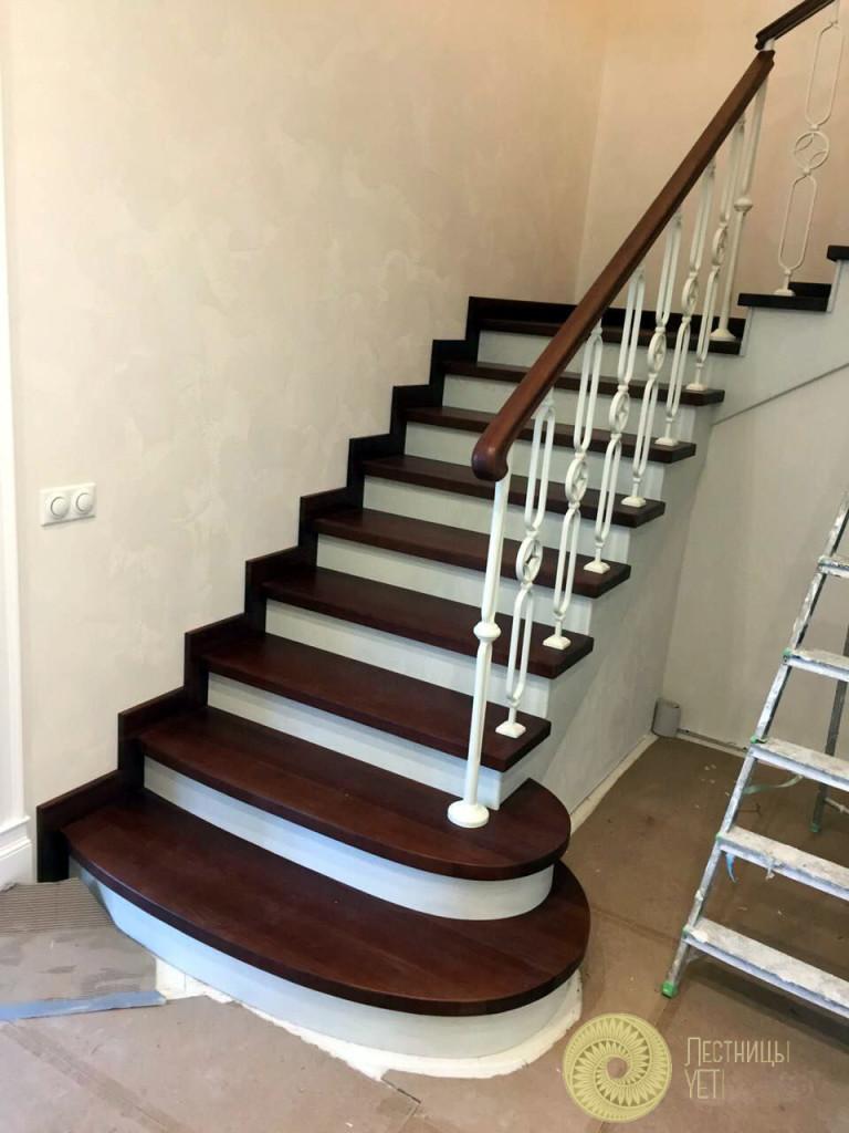 Дубовая лестница с резными столбами и балясинами лестницы, мебель, интерьеры