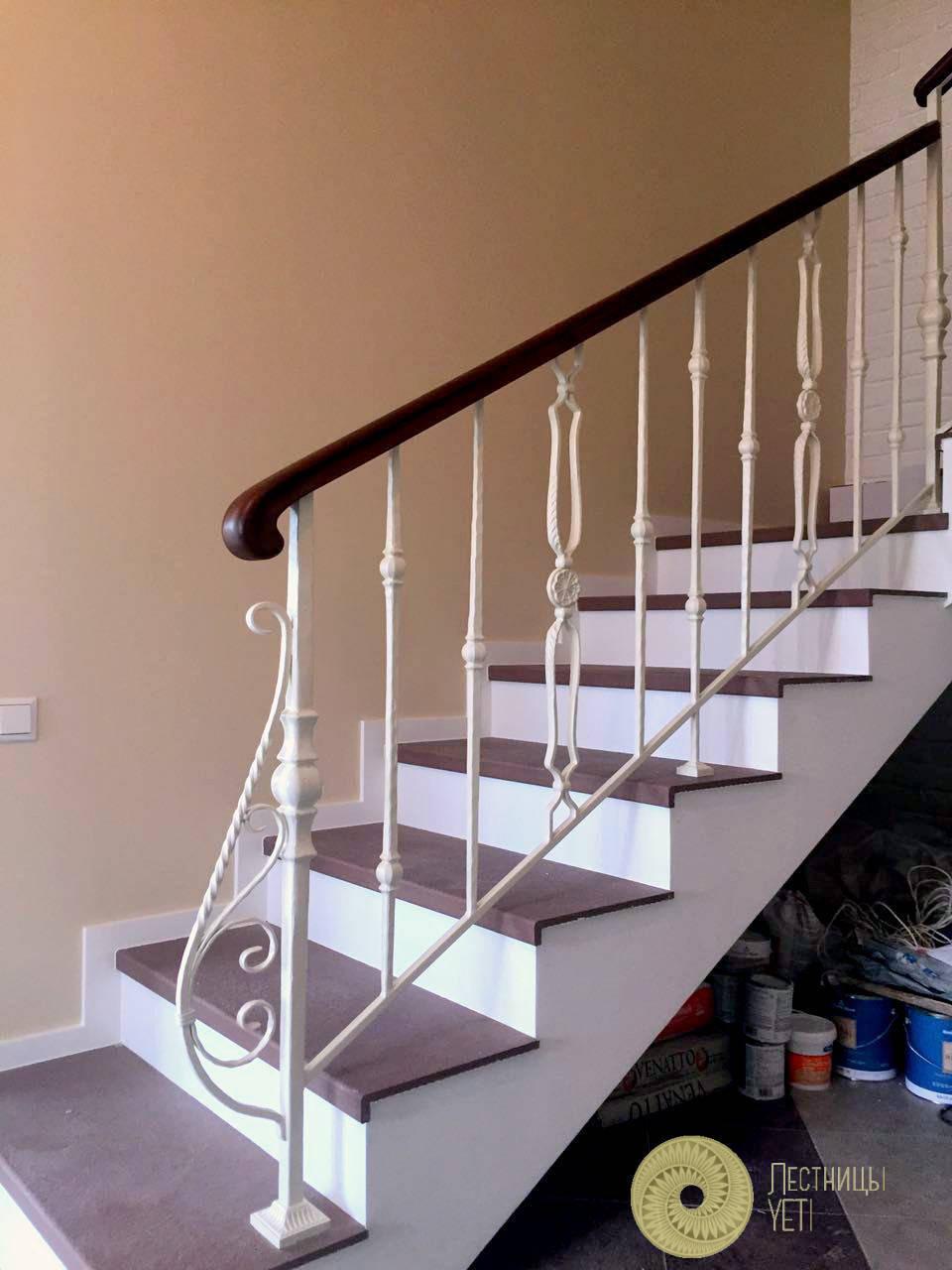 контрастная лестница со встроенным шкафом и подсветкой ступеней