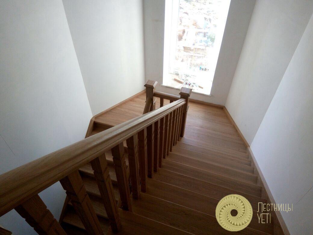 классическая закрытая лестница с площадкой