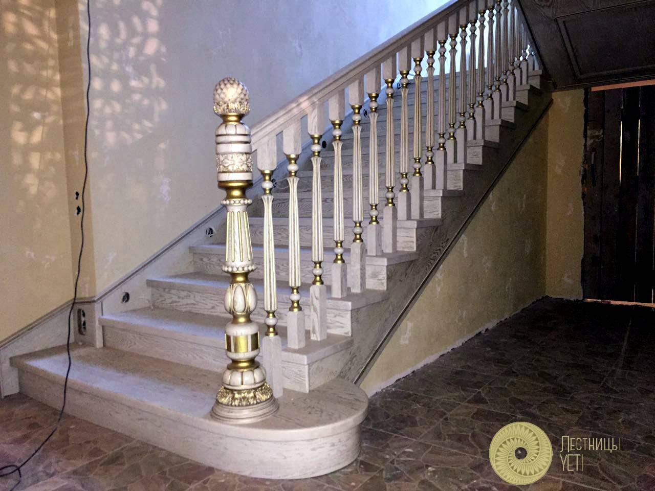 бетонная лестница с резным столбом и патиной