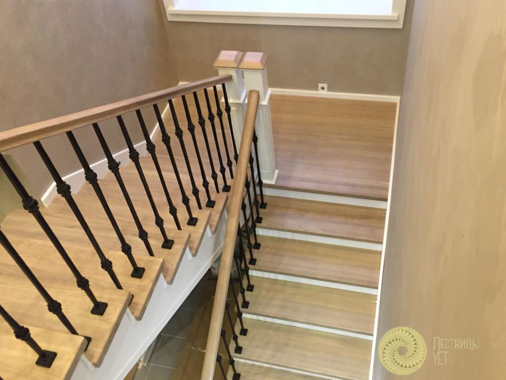 лестница на металлокаркасе с кованными балясинами