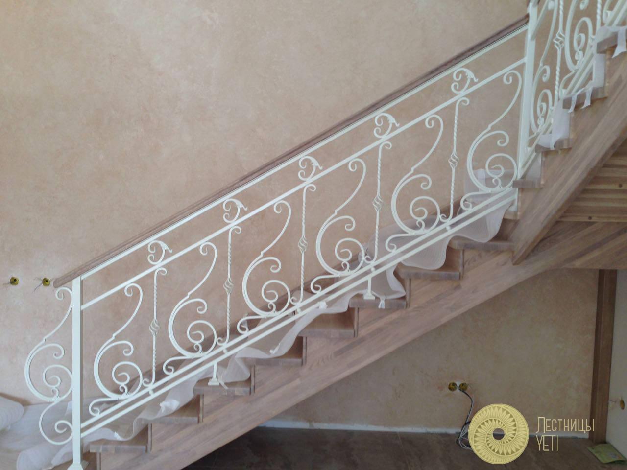 дубовая лестница с площадками и кованым ограждением