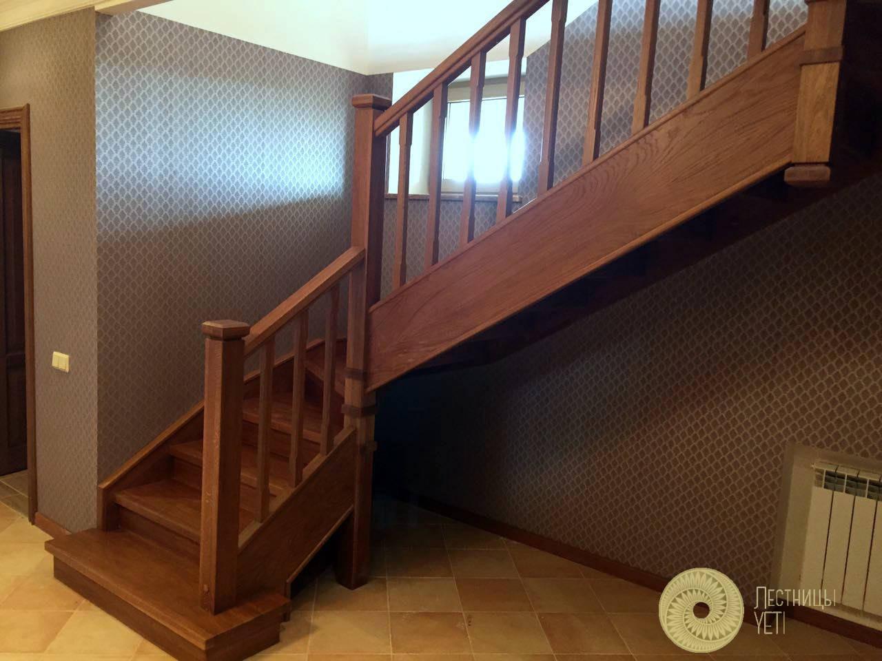 деревянная лестница на тетивах в стиле кантри