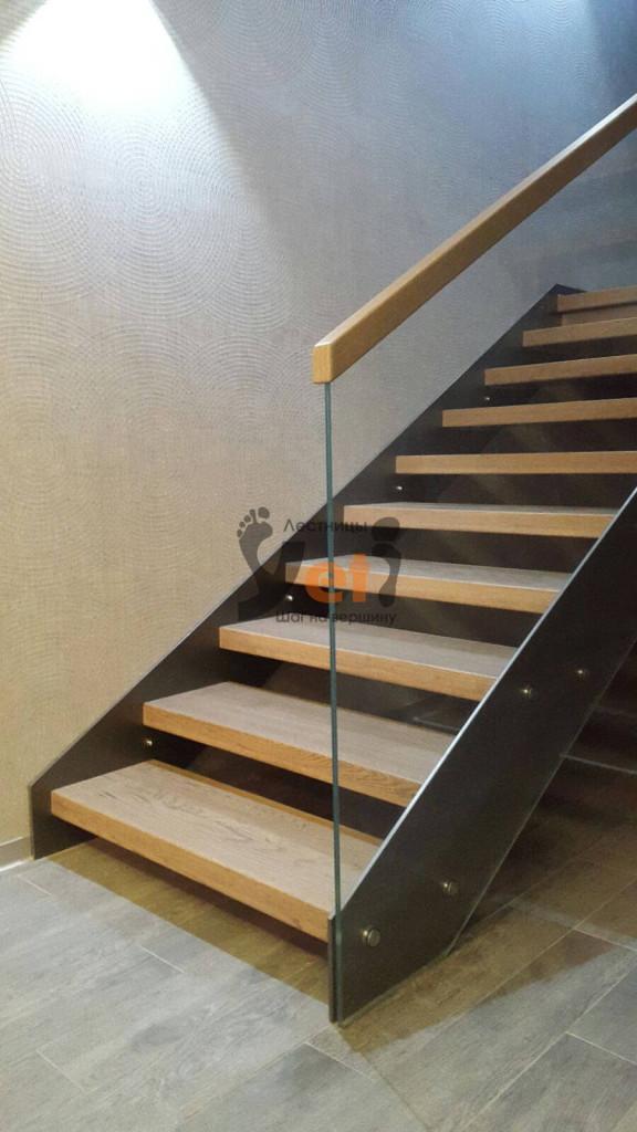 современная лестница со стеклянными ограждениями и дубовыми ступенями