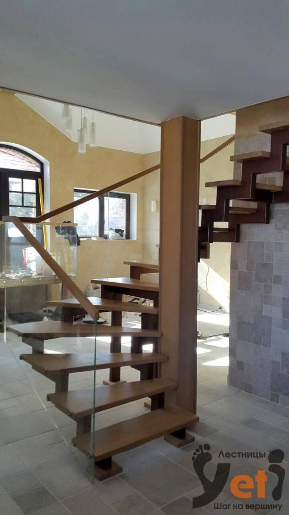 современная лестница из стекла с дубовыми ступенями